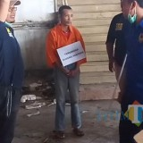 Sugeng Santoso saat melakukan rekonstruksi kasus pembunuhan dan mutilasi di Pasar Besar. (Anggara Sudiongko/MalangTIMES)