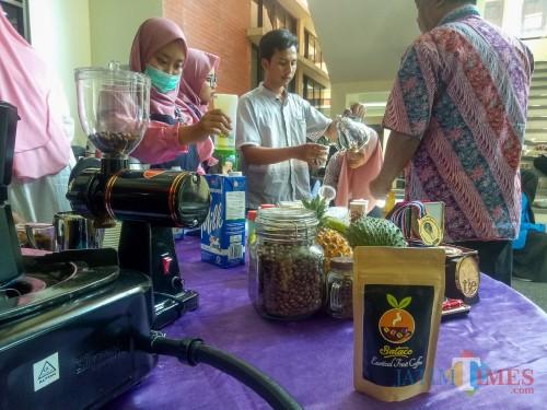 Tim Bataco saat membuat minuman kopi. (Foto: Imarotul Izzah/MalangTIMES)