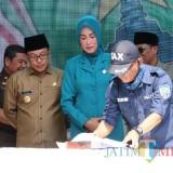 Wali Kota Malang Sutiaji bersama Kepala BP2D Kota Malang Ade Herawanto saat launching SPPT Pajak Bumi dan Bangunan. (Foto: Dokumen MalangTIMES)