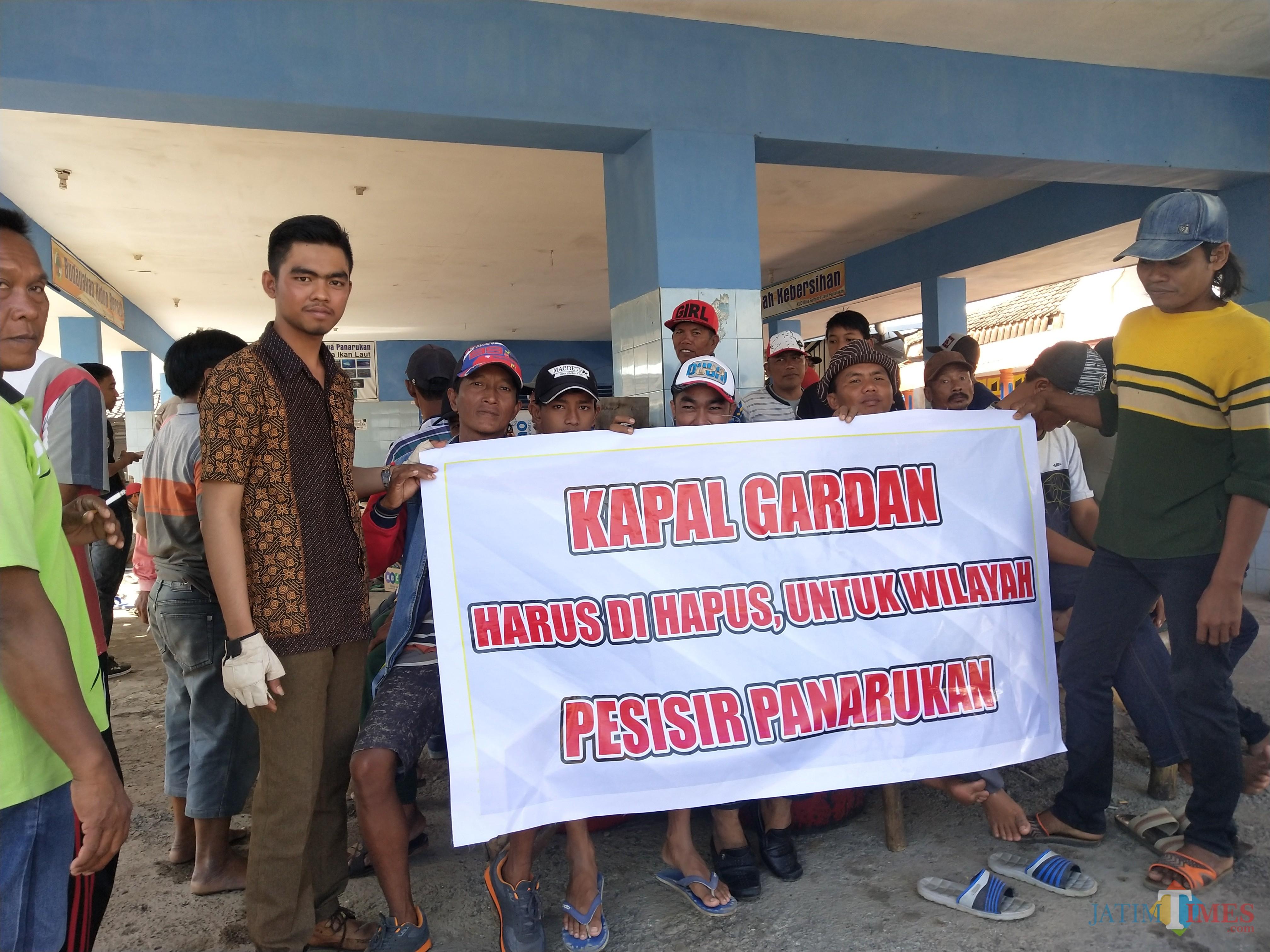 Aksi demo damai nelayan Dusun Prsisir Utara, Tengah dan Selatan. (Foto Heru Hartanto/ Situbondo TIMES)