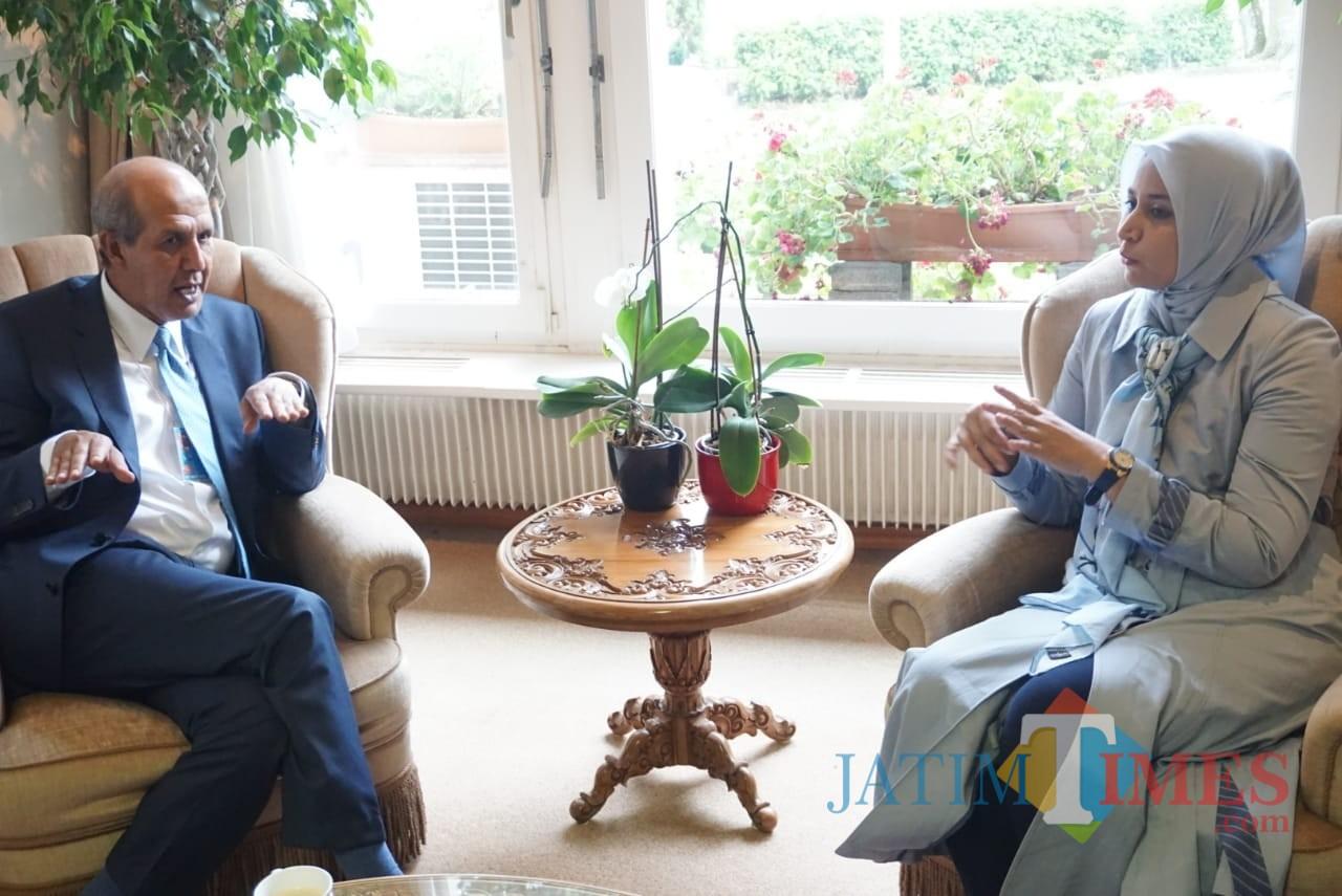 Hasan Kleib, perwakilan tetap UN, saat berbincang dengan Bupati Jember dr Hj Faida MMR di Kedutaan Besar Indonesia  di Swiss. (foto : istimewa / Jatim TIMES)