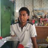 Hendra Agus Wardani (29) putra kedua Endang saat menjelaskan kematian orang tua perempuannya (Agus Salam/JatimTIMES)