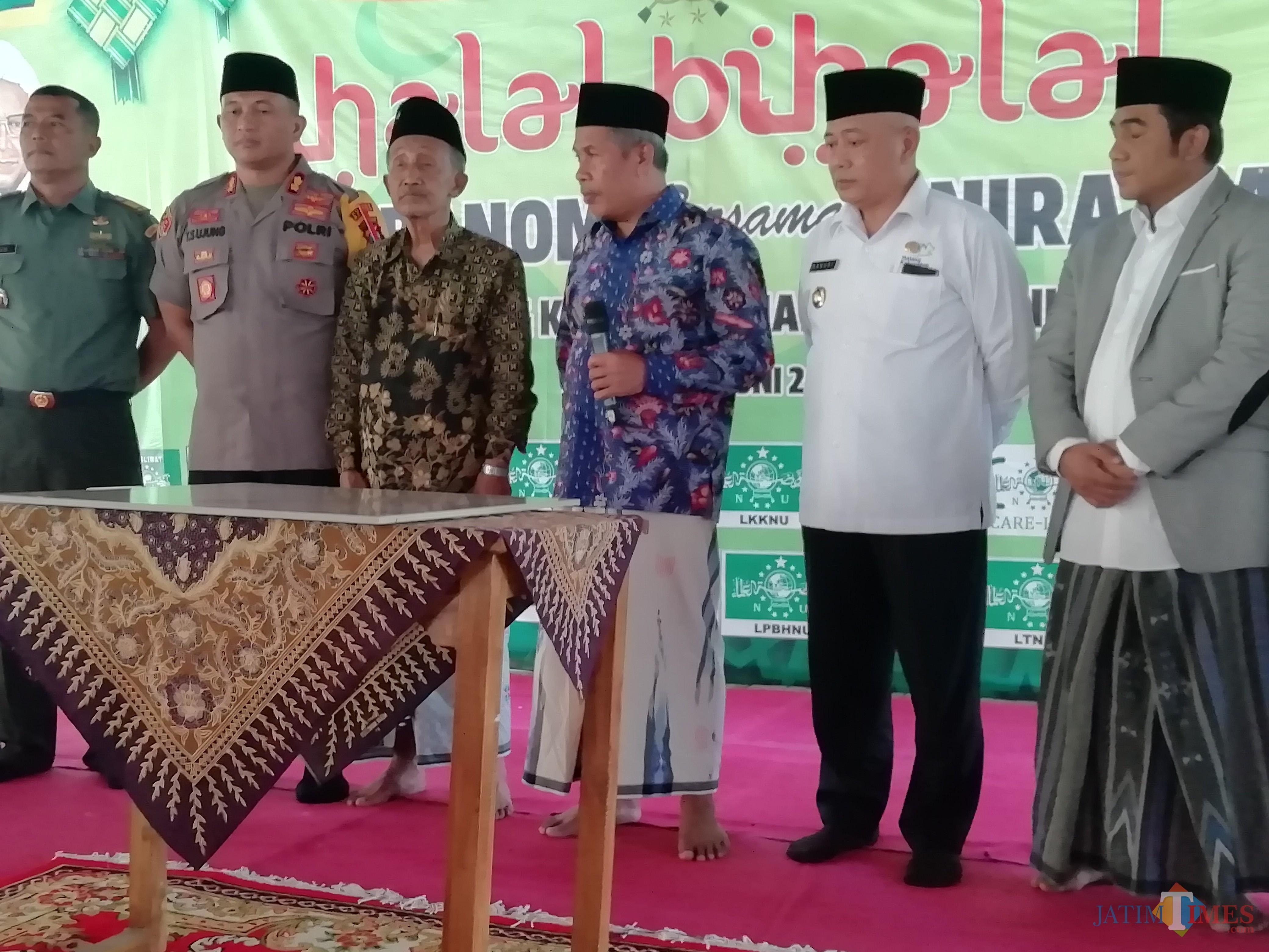 Ketua NU Jatim KH Marzuki Mustamar (3 dari kanan) saat akan meresmikan gedung yang dinamakan KH Tolchah Hasan di Unira, Kepanjen (Nana)