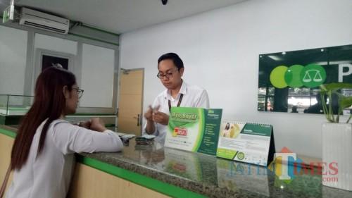 Layanan di Pegadaian Cabang Ade Irma Suryani Malang. (Foto: Nurlayla Ratri/MalangTIMES)