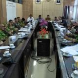 Suasana pembahasan persiapan pilkades antara Dispemasdes Pemkab Jember dengan Komisi A DPRD Jember. (foto : Moh. Ali Makrus / Jatim TIMES)