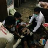 Tubuh ST sesaat sebelum dievakuasi ke RSUD Dokter Iskak Tulungagung (Foto : Dokpol / TulungagungTIMES)