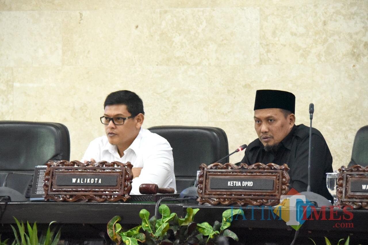 Walikota Kediri Abdullah Abu Bakar (kiri) bersama ketua DPRD Kota Kediri saat dalam sidang paripurna. (eko Arif s /JatimTimes)