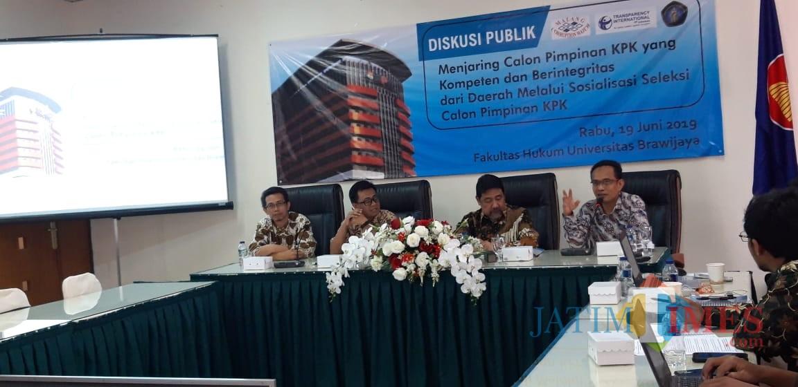 (tengah dari kiri) Wawan Sujatmiko dari Transparency International Indonesia (TII) dan Pansel Calon Pimpinan KPK, Hendardi SH. (Foto: Imarotul Izzah/MalangTIMES)