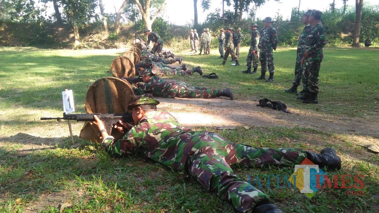 Anggota Kodim 0808/Blitar latihan menembak di Lapangan tembak Yonif 511/DY.(Foto : Team BlitarTIMES)