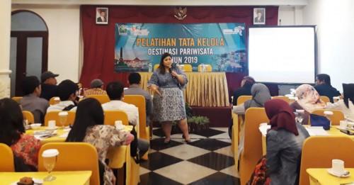 Dosen FISIP UB Maulina Pia Wulandari PhD saat menyampaikan materi dalam Pelatihan Tata Kelola Destinasi Pariwisata. (Foto: istimewa)