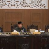 Dua kursi di samping kiri ketua DPRD Kota Probolinggo kosong, karena 2 wakilnya, tidak menghadiri sidang paripurna (Agus Salam/Jatim TIMES)