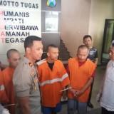 Empat pelaku jaringan narkoba saat dirilis (berbaju orange) (Anggara Sudiongko/MalangTIMES)