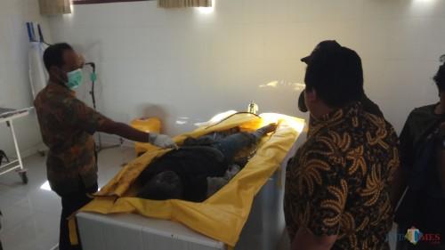 Jenazah korban disemayamkan di kamar mayat RSUD Blambangan sebelum dilakukan autopsi