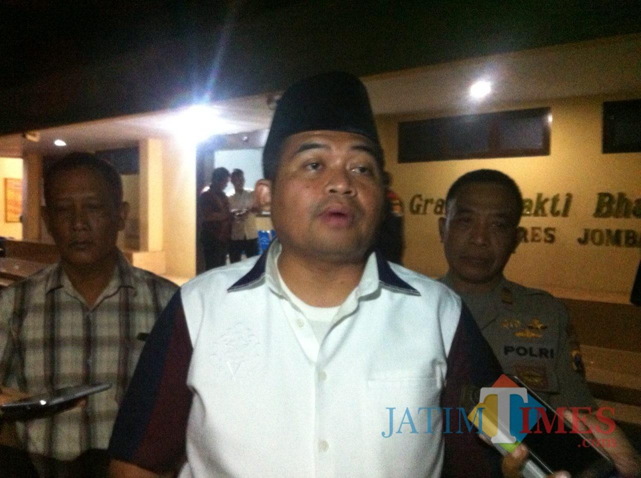 Kapolres Jombang, AKBP Fadli Widiyanto saat diwawancarai sesuai melakukan mediasi bersama keluarga 4 tersangka pengedar pil koplo. (Foto : Adi Rosul / JombangTIMES)