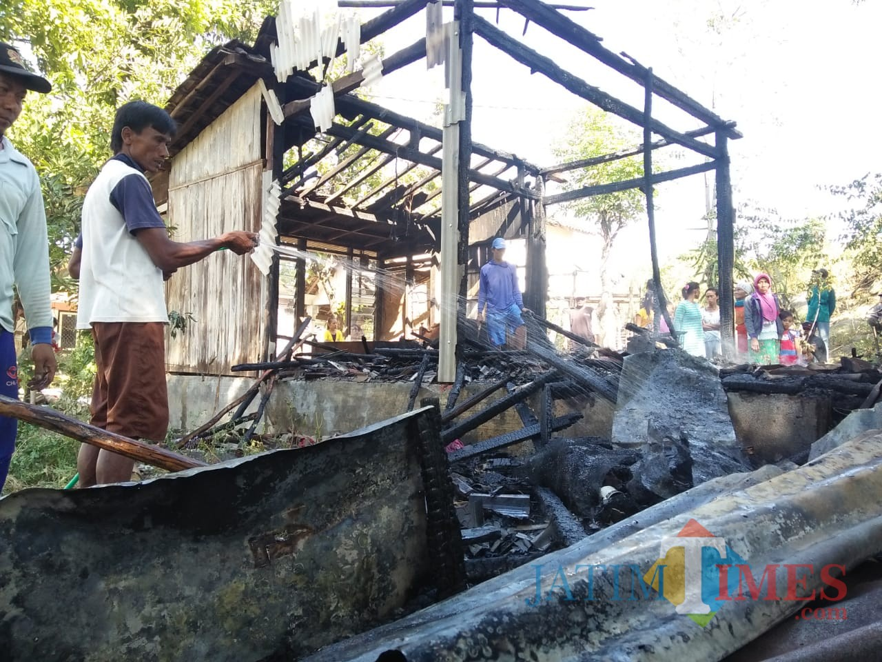 Kebakaran rumah milik milik Hadiono warga Dusun Blangguan RT. 001 RW. 007 Desa Sumberwaru, Kecamatan Banyutih (Foto Istimewa)
