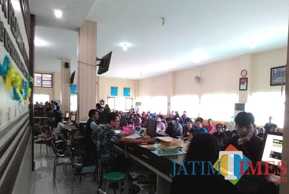 Pelayanan kantor Dispendukcapil Kabupaten Malang yang setiap hari membludak (Nana)
