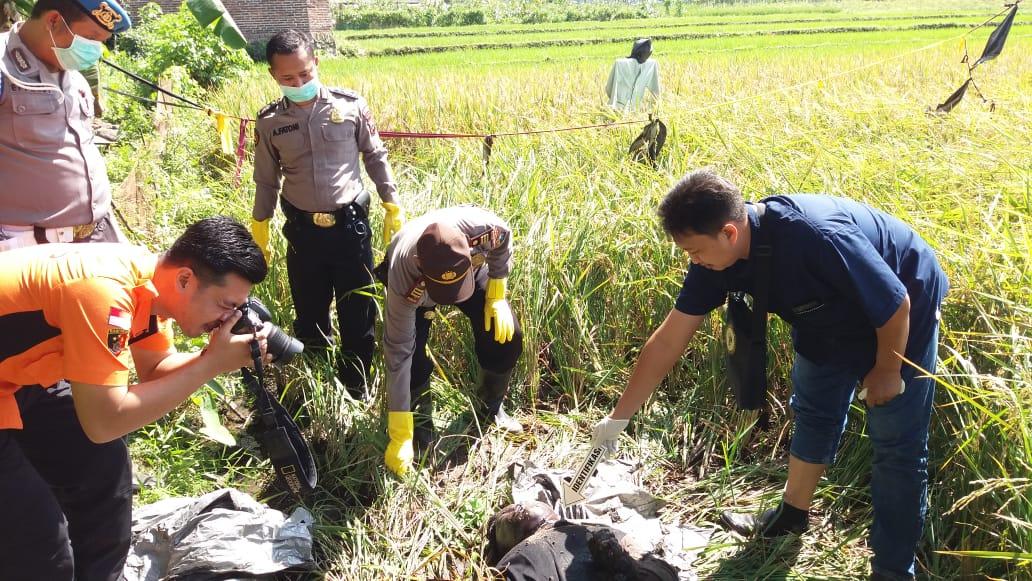 Petugas Kepolisian mengevakuasi korban dari lokasi kejadian