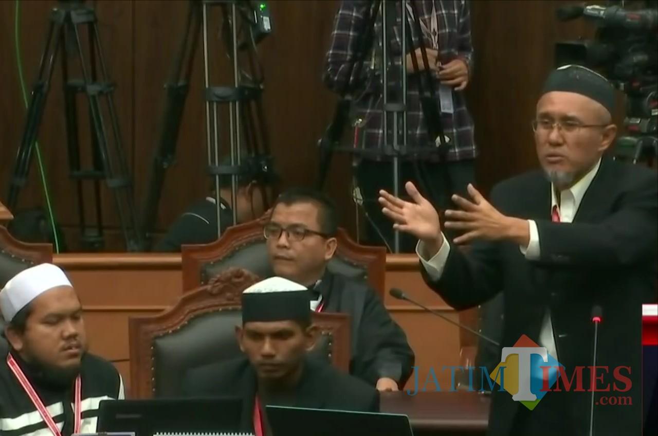 Saksi ahli Prabowo-Sandi, Jaswar Koto (kanan) saat memberi keterangan di persidangan MK terkait pemilih siluman sejumlah 27 juta (YouTube)