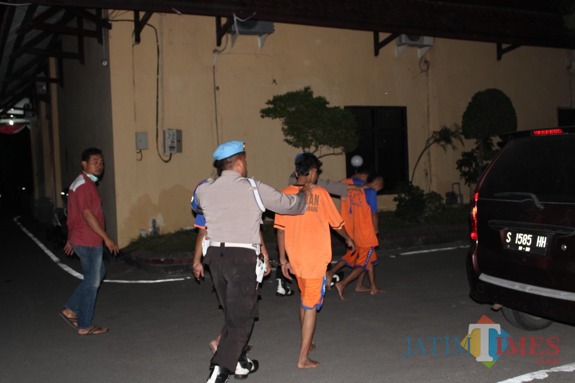 Sejumlah pelaku pengedar pil koplo yang berstatus pelajar digelandang ke sel tahanan oleh anggota polisi Polres Jombang. (Foto : Adi Rosul / JombangTIMES)