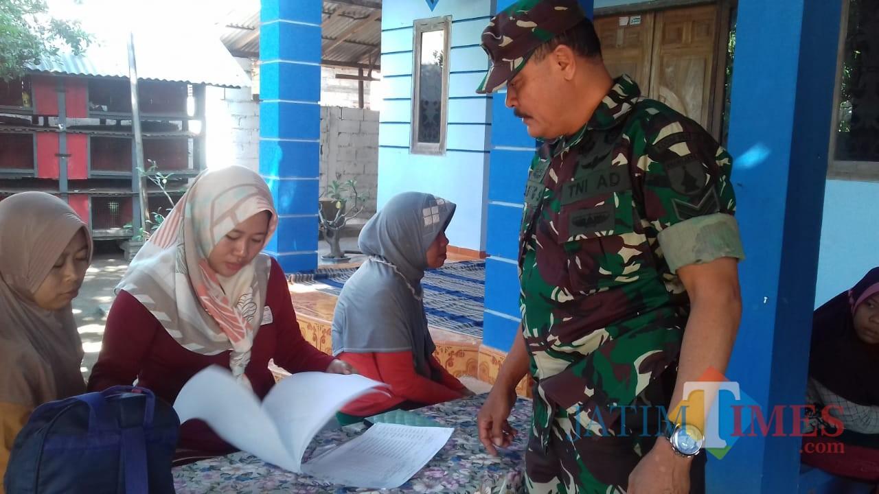 Sertu Bambang saat melakukan pengawasan penyaluran BPNT di Desa Curahjeru, Kecamatan Panji (Foto Sony Haryono / SitubondoTIMES)