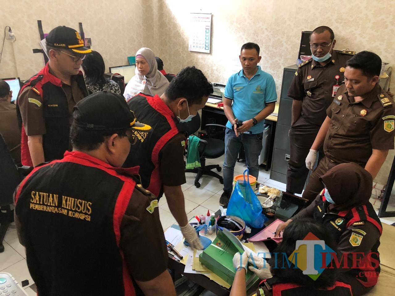 Tim Khusus Kejari Jember saat melakukan penggeledahan di ruang ULP-LPSE Pemkab Jember (foto : istimewa / Jatim TIMES)