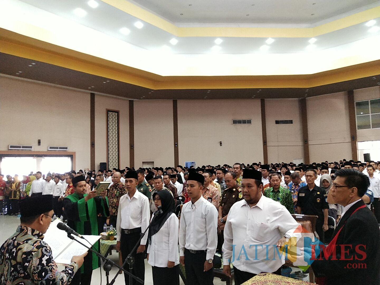Wabup baju batik saat melantik ketua dan anggota BPD (Foto Heru Hartanto / Situbondo TIMES)