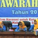 Wakil Wali Kota Kediri Lilik Muhibbah (kanan) saat memberikan sambutan dalam acara Musda GOW Kota Kediri. (eko Arif s /JatimTimes)