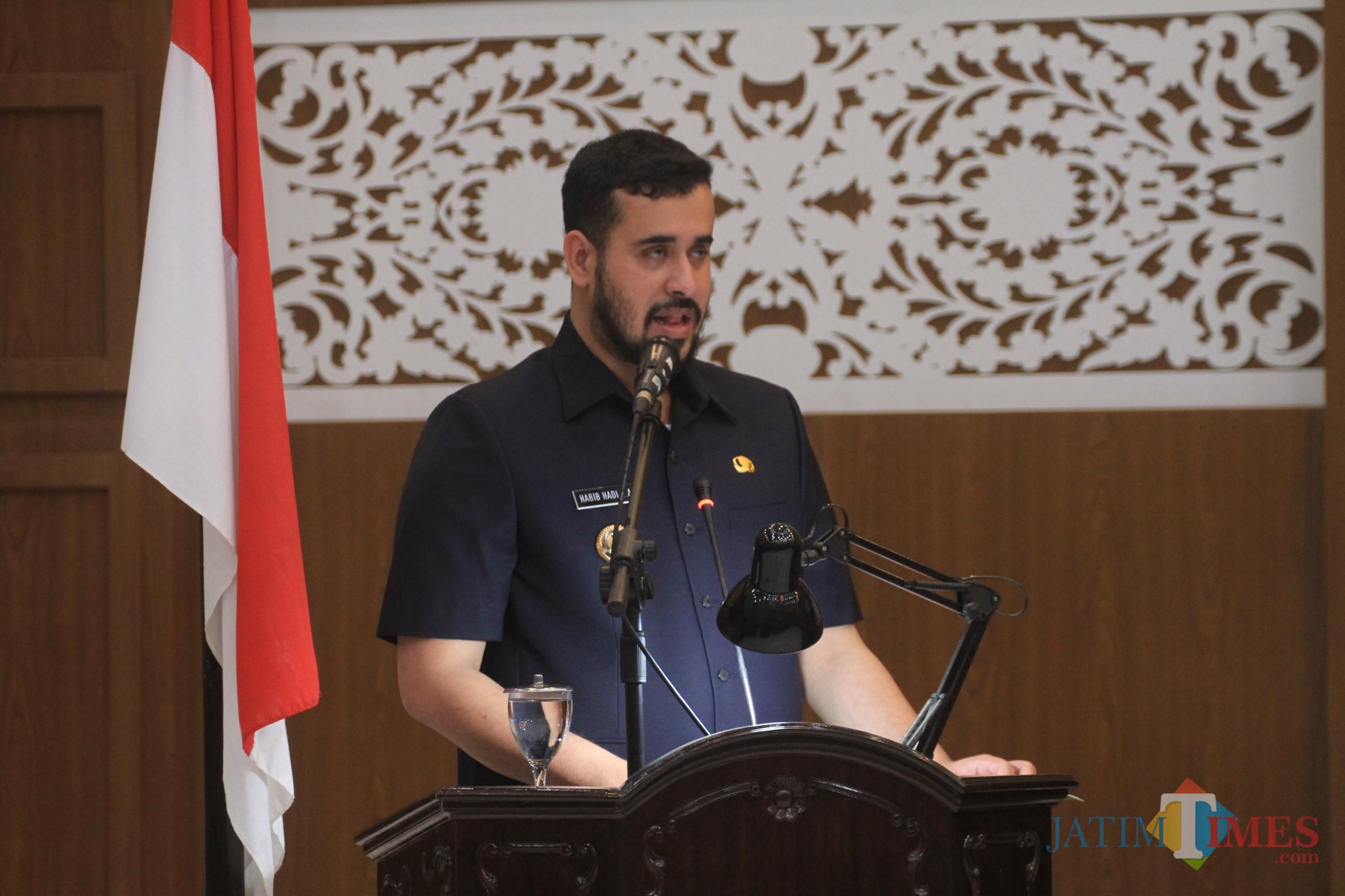 Wali kota Hadi Zainal Abidin saat membacakan nota penjelasan 2 Raberda pada rapat paripurna di Gedung DPRD Kamis kemarin malam (Agus Salam/Jatim TIMES)