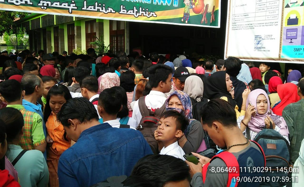 Wali murid antri di SMPN 1 Tulungagung sejak pagi untuk mendaftarkan anaknya (ist)