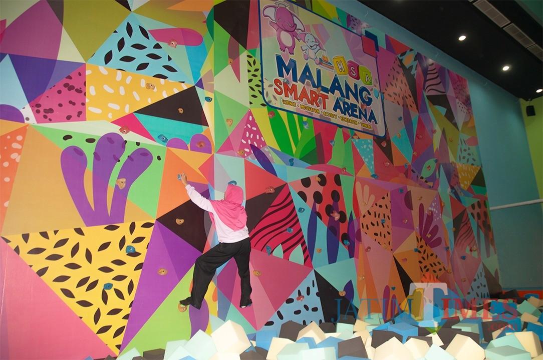 Keasyikan pengunjung saat menjajal salah satu wahana Malang Smart Arena (Igoy)