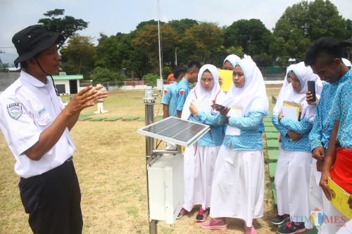 Petugas BMKG Karangploso Malang saat memberikan edukasi terkait alat pemantauan cuaca pada siswa. (Foto: Nurlayla Ratri/MalangTIMES)