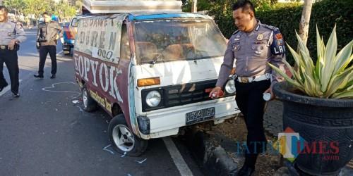 Petugas Polres Batu saat olah TKP di diJalan Raya Trunojoyo Kelurahan Songgokerto, Kecamatan Batu, Jumat (21/6/2019). (Foto: istimewa)