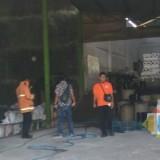 Petugas saat cek lokasi pasca kebakaran (foto : Dokpol / TulungagungTIMES)