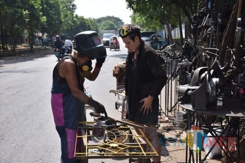 Seniman asal Malang, Ono Gaf saat berproses membuat patung kontemporer berkolaborasi dengan Michelle Laing asal Inggris. (Foto: Nurlayla Ratri/MalangTIMES)