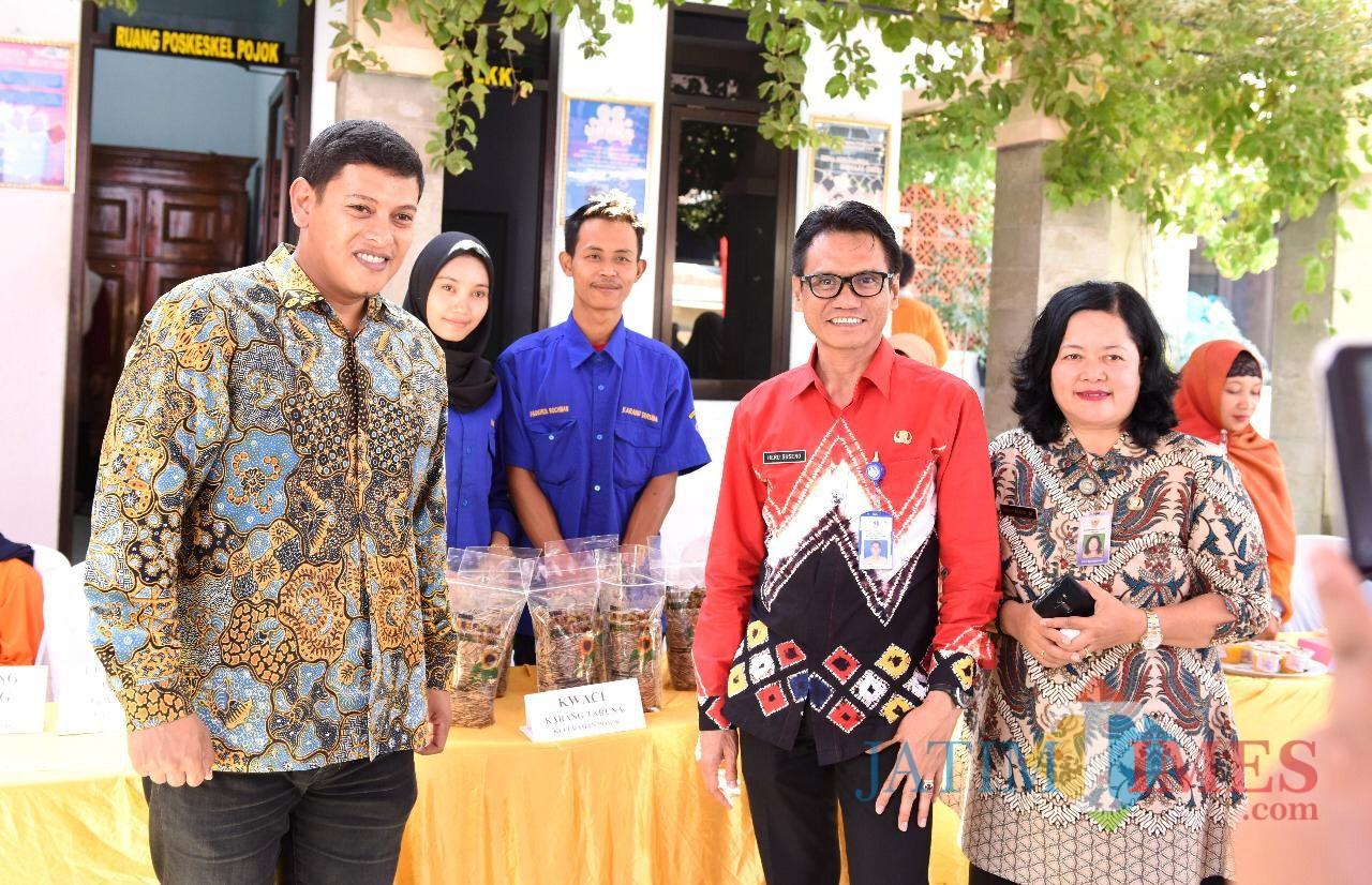 Walik Kota Kediri (kiri) dan Kepala Kelurahan (kanan) bersama tim penilaian dari Provinsi Jawa Timur. (Eko Arif S /JatimTIMES)