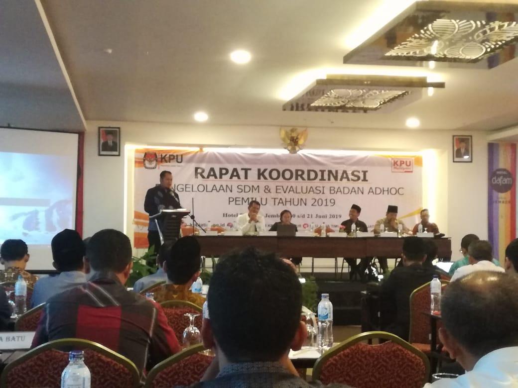 Edi Winarno (Sekretaris KPU Kabupaten Blitar/Kiri) bersama Rangga Bisma Aditya (anggota KPU Kota Blitar Divisi Sosialisasi, Pendidikan Pemilih, Partisipasi Masyarakat, dan SDM/Kanan)