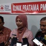 Bupati Jember dr. Hj. Faida MMR (tengah) saat wawancara dengan wartawan usai peresmian Klinik Pratama PMI Cabang Jember (foto : Nanang / Jatim TIMES)