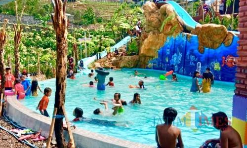 Puluhan pengunjung sedang berenang di LA Water Park.