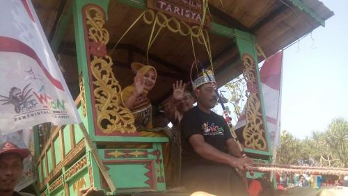 Bupati Jember dr. Hj. Faida MMR saat tiba di Watu Ulo dengan menaiki Pegon dan didampingi suaminya drg. H. Abdu Rohim (foto : Moh. Ali Makrus / Jatim TIMES)