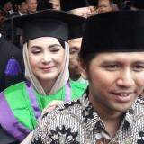 Emil Dardak bersama�Arumi Bachsin usai wisuda di IAIN Tuluangagung. (Foto: istimewa)