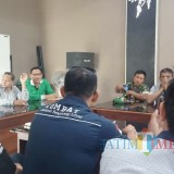 Kades Genteng Kulon Supandi (kaus hijau) didampingi pendamping desa Iqbalbsaat menjelaskan biaya PTSL kepada LSM Combat.