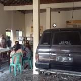 Penampakan mobil Isuzu panther di dalam warung setelah memabrak mobil Kia Picanto di Jalan Raya Janti, Kecamatan Jogoroto, Jombang. (Istimewa)