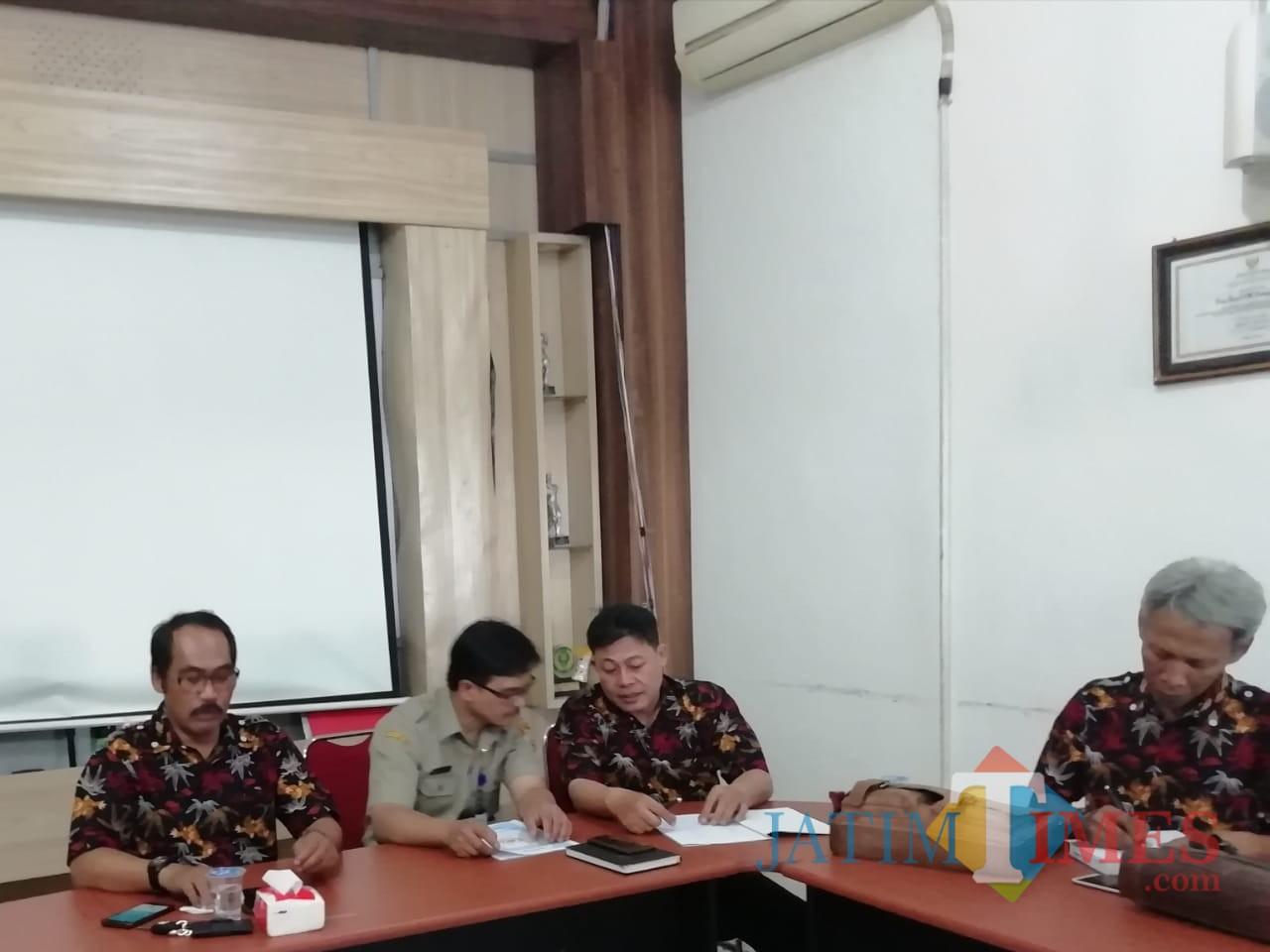 Imam Zuhdi Ketua KONI Kabupaten Malang (kiri) optimis mampu pertahankan posisi juara dan naik peringkat di Porprov Jatim 2019 (Nana)