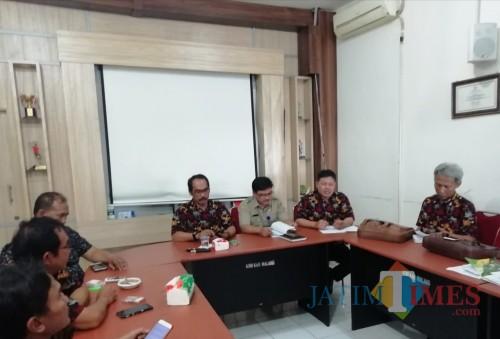Ketua KONI Kabupaten Malang Imam Zuhdi (kiri depan) dalam konferensi pers terkait persiapan Porprov Jatim 2019, Senin (24/06/2019) (Nana)