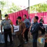 Kapolres Malang AKBP Yade Setiawan Ujung (satu dari kiri) dan Plt Bupati Malang Sanusi  saat meninjau TPS di Pilkades terdahulu (dok MalangTIMES)