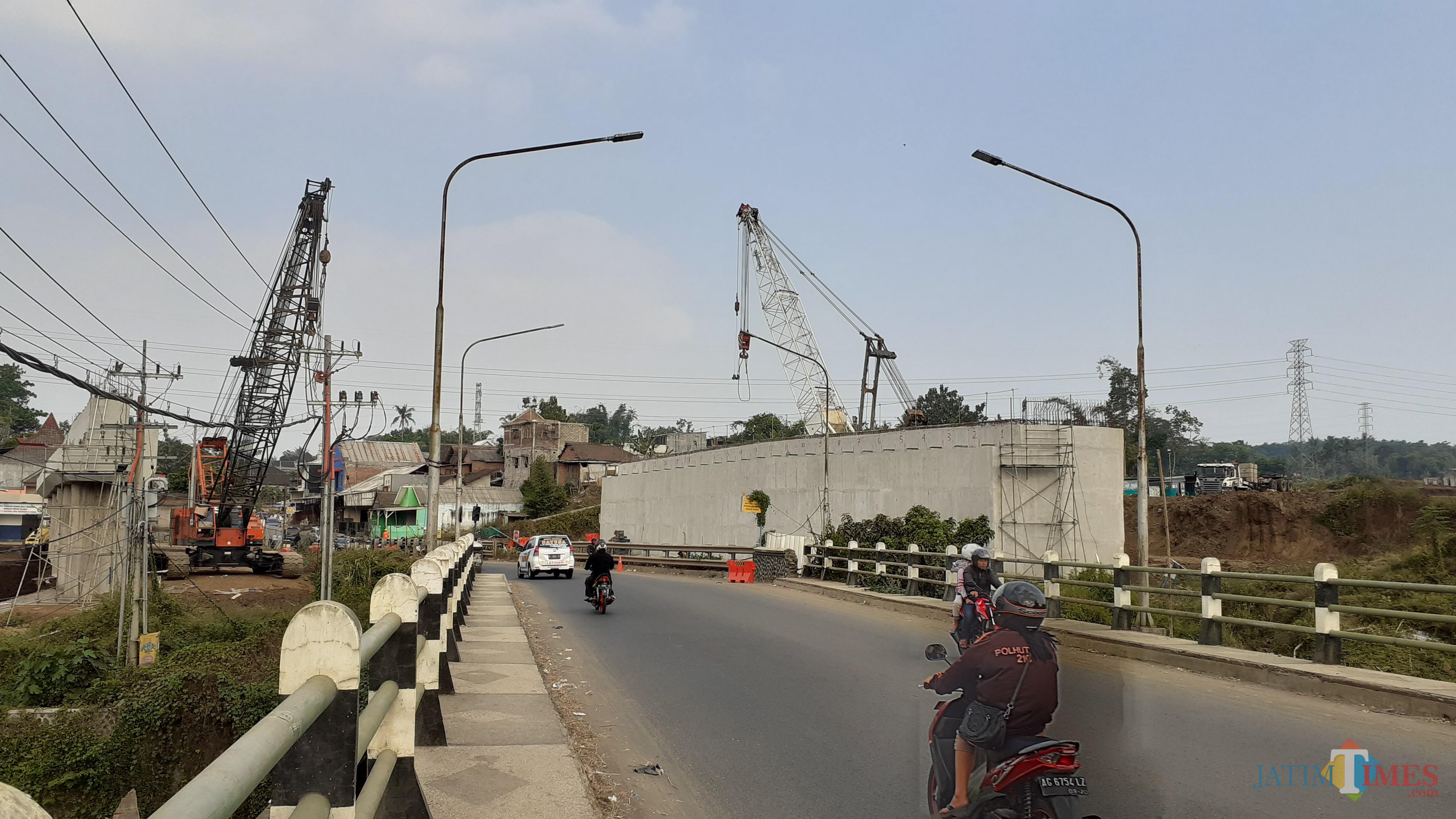 Kondisi terkini ruas Jalan Cemorokandang, tepatnya jembatan yang akan dilakukan konstruksi pembangunan Tol Malang-Pandaan (Pipit Anggraeni/MalangTIMES).