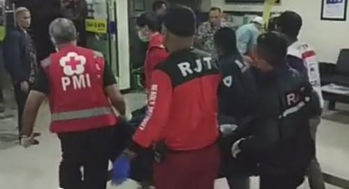Korban yang dievakuasi oleh tim relawan (ist)