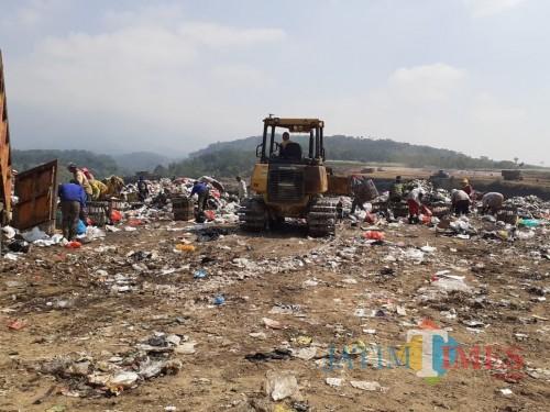 Aktivitas pemulung di kawasan TPA Supit Urang, Kecamatan Sukun Kota Malang (Arifina Cahyanti Firdausi/MalangTIMES)
