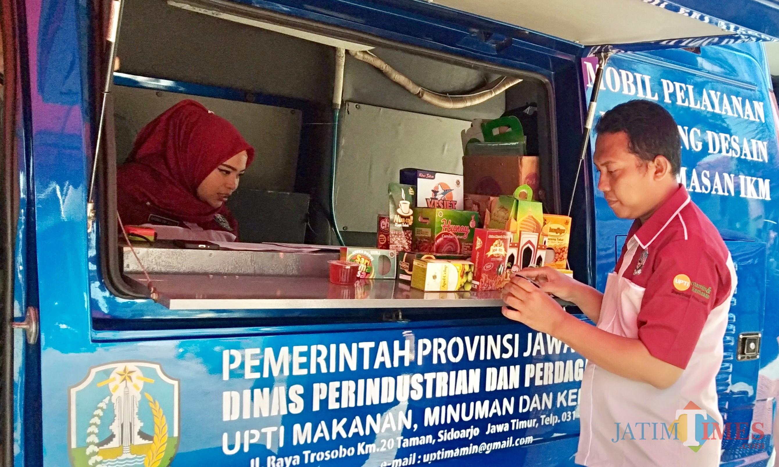 Petugas saat berada di mobil pelayanan di Desa Pandanrejo, Kecamatan Bumiaji,Senin (24/6/2019). (Foto: Irsya Richa/MalangTIMES)