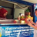 Petugas saat berada di mobil pelayanan di Desa Pandanrejo, Kecamatan Bumiaji,�Senin (24/6/2019). (Foto: Irsya Richa/MalangTIMES)